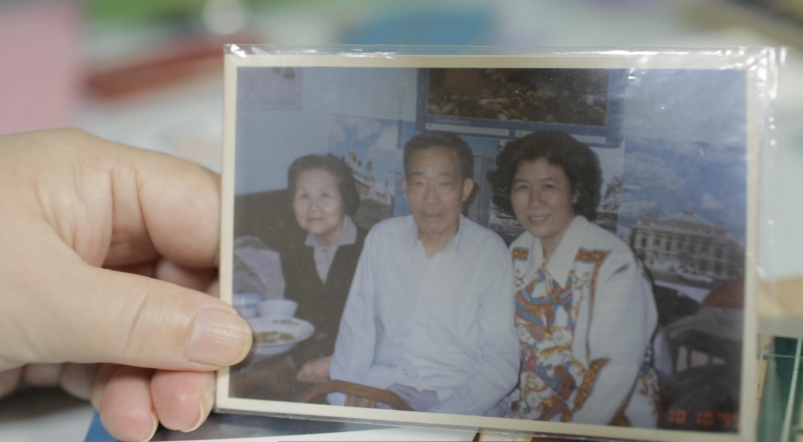 孙雅芬与父母在曹杨一村家中合影。