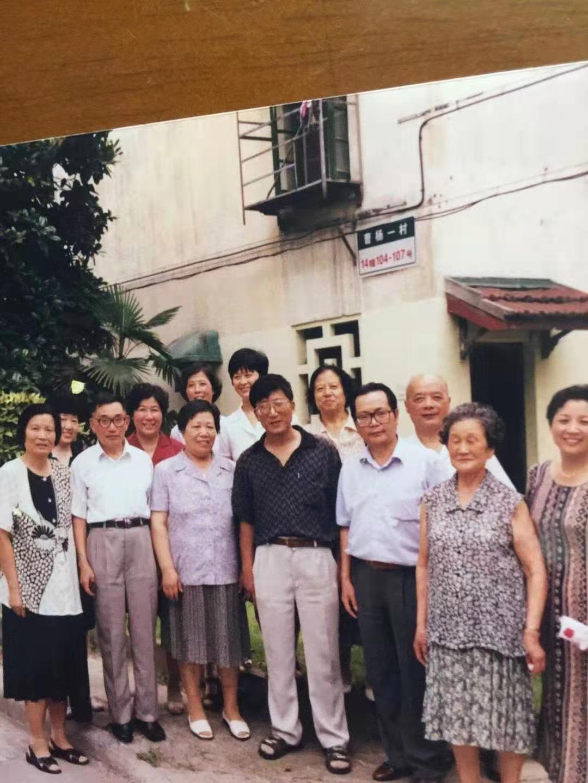 孙雅芬(后排红衣)与两代劳模杨富珍(前排左一)裔式娟(前排左三)徐虎(右四)合影。孙雅芬 供图