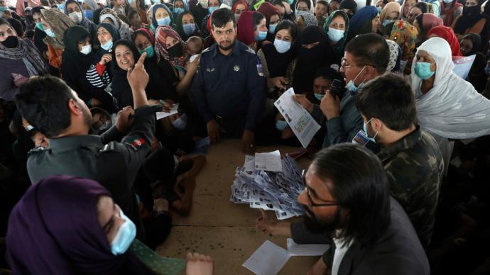 早安·世界 駐阿美軍撤軍最后期限臨近,大量阿富汗民眾申請新護照離境