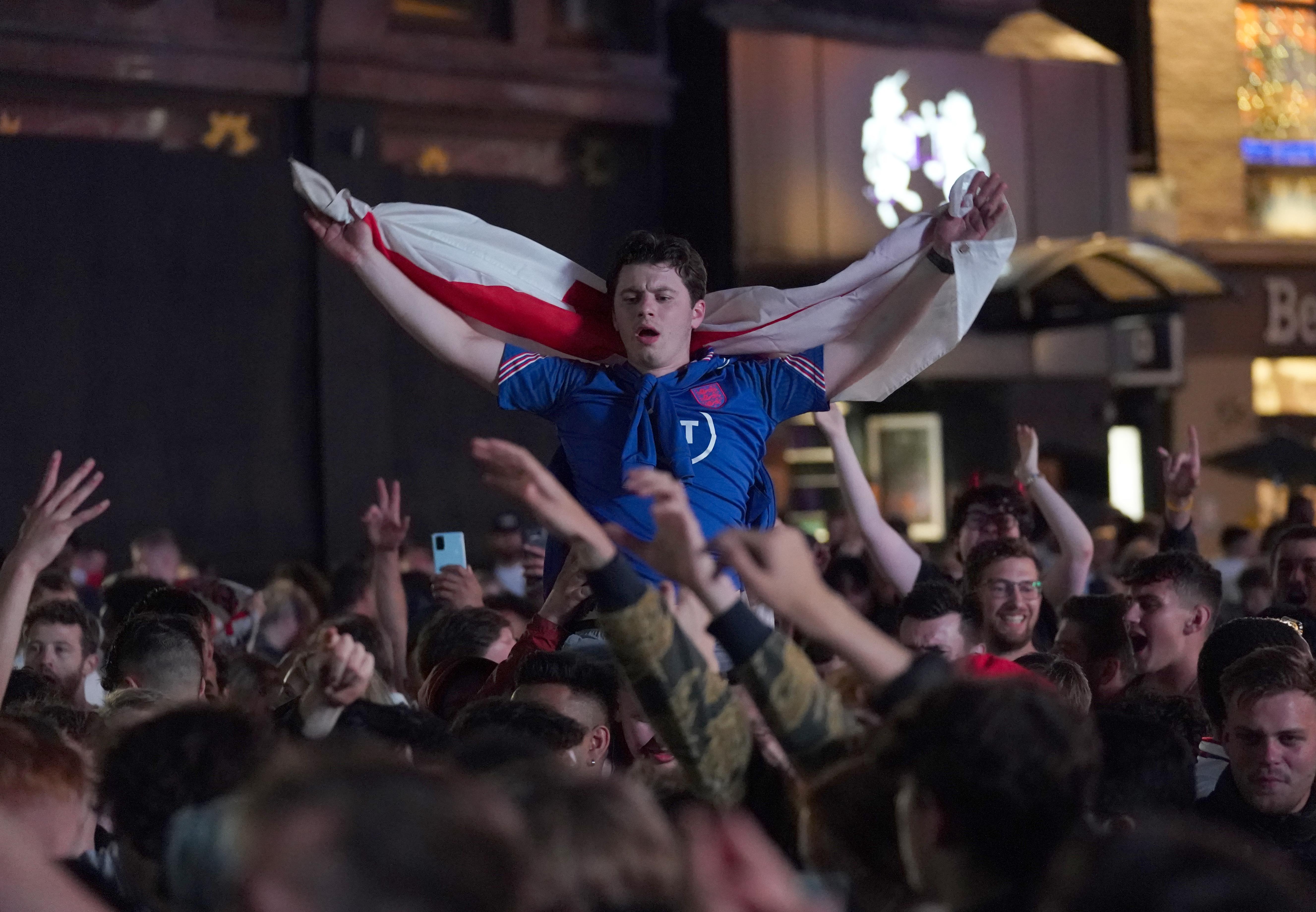 欢庆的英格兰球迷。