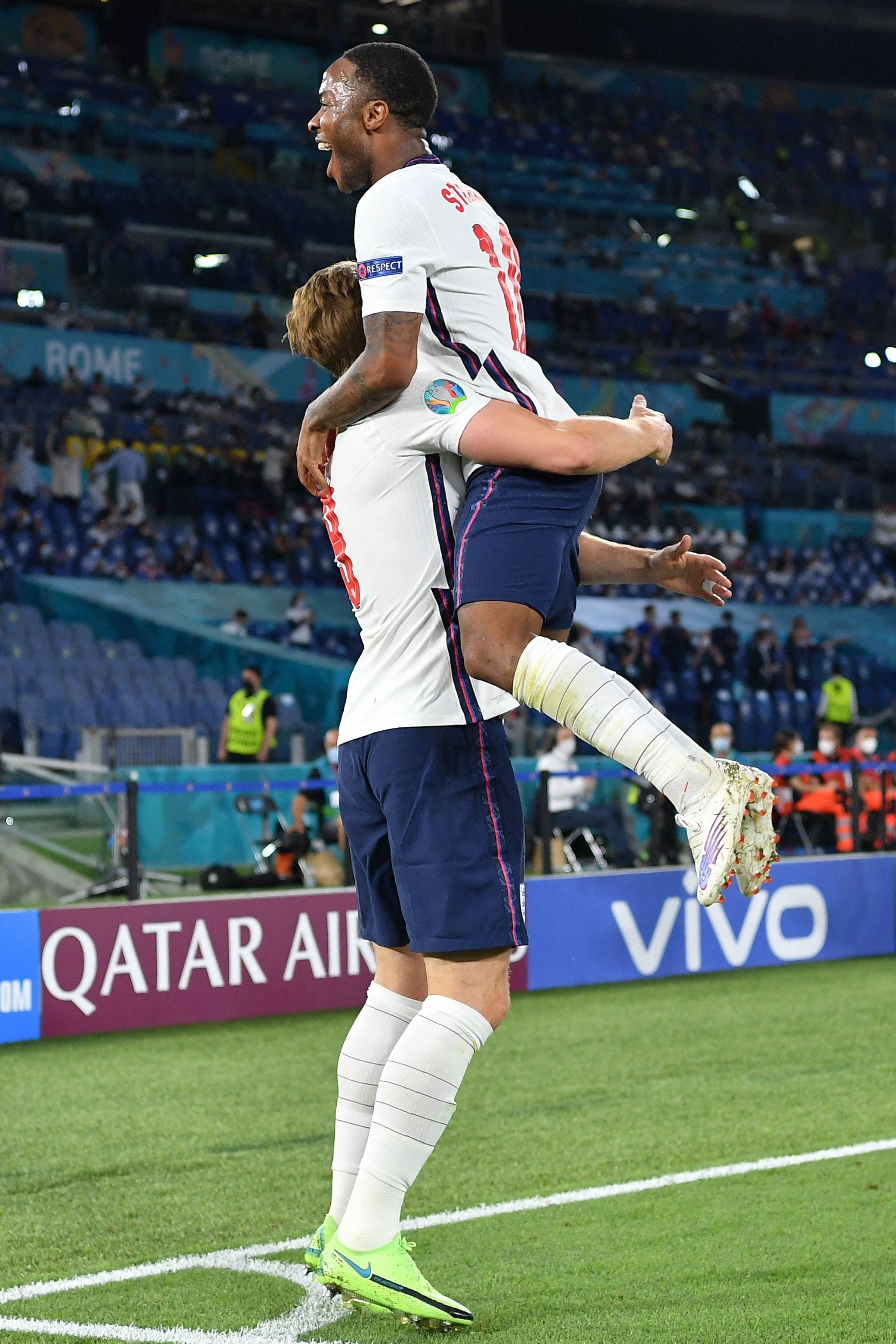 斯特林和凯恩拥抱。