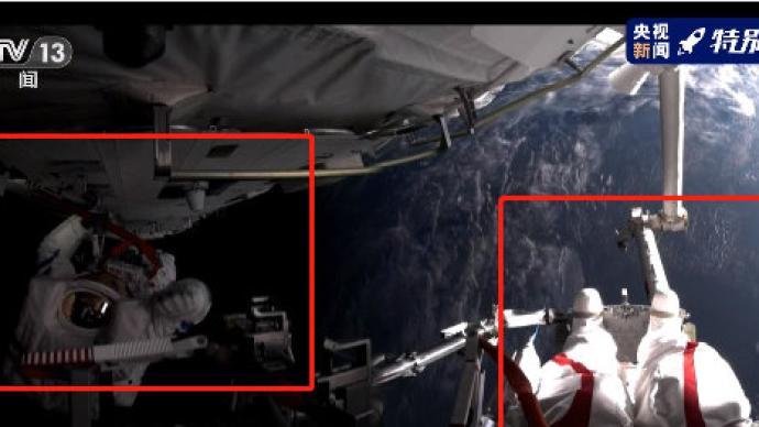 宇宙第一酷炫照!两位航天员出舱抬升全景相机后拍下合影