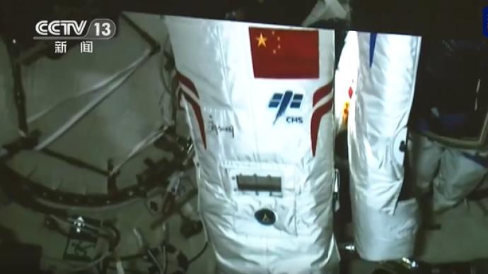 神州十二号航天员出舱服与以往有何不同?背后多了一面国旗