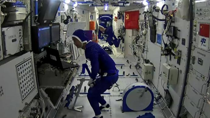 视频丨刘伯明、汤洪波出舱外航天服返回核心舱,聂海胜迎接