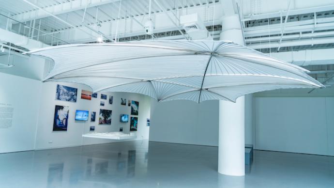美术馆里的建筑展:当目光向下时,看到那些本色与温暖