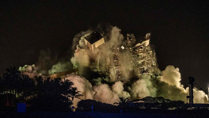 早安·世界 美國佛羅里達倒塌大樓剩余建筑被爆破拆除