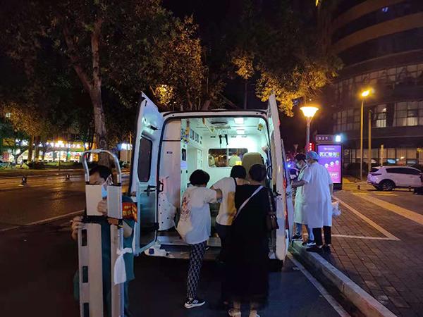 女子被送往醫院進一步治療。