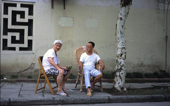 2009年,曹杨一村居民们在户外吃瓜纳凉。 杨辰 供图