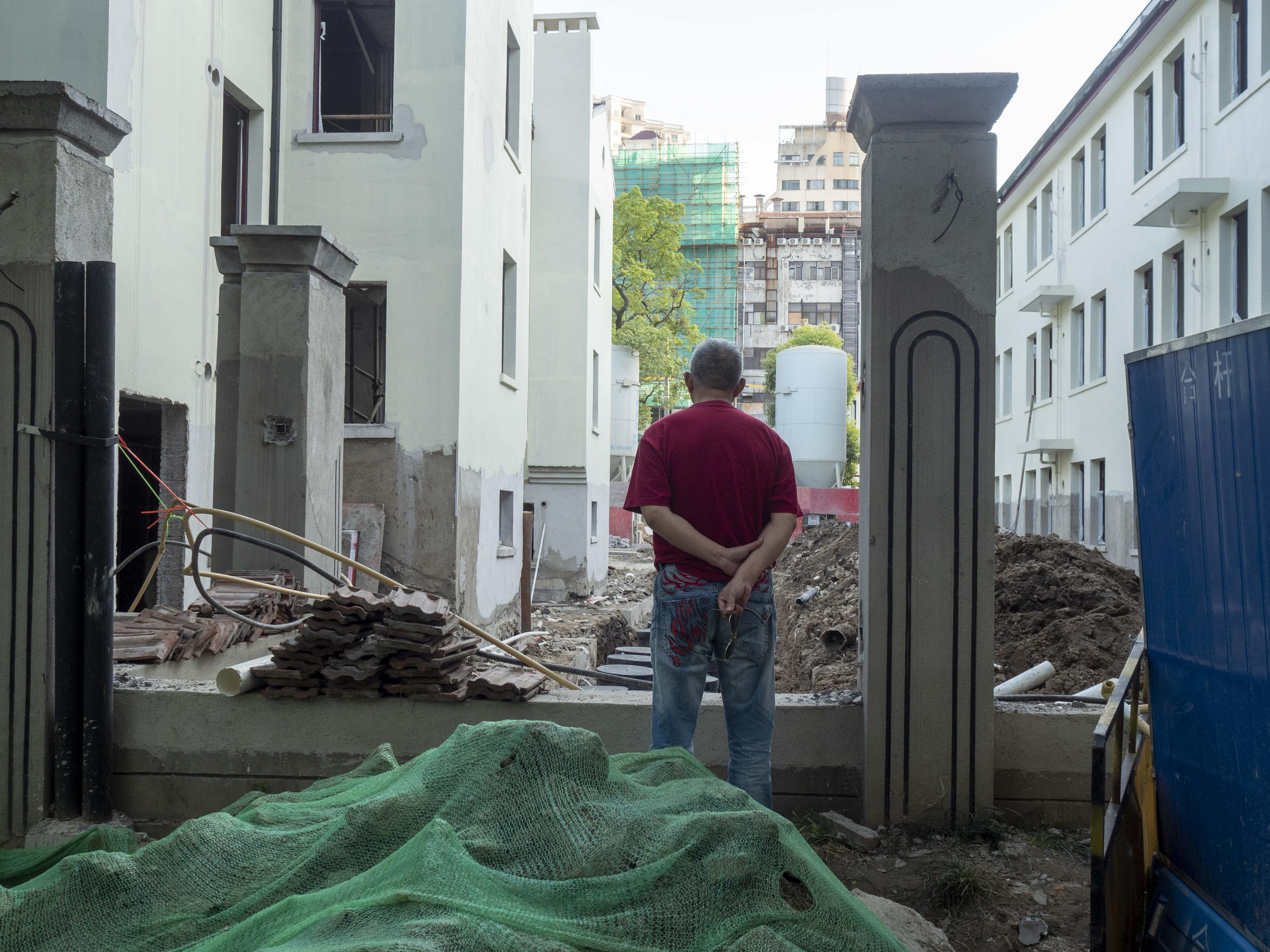 2021年6月,曹杨一村成套改造即将完成,老居民在等待回迁的一天。 澎湃新闻记者 许海峰 图