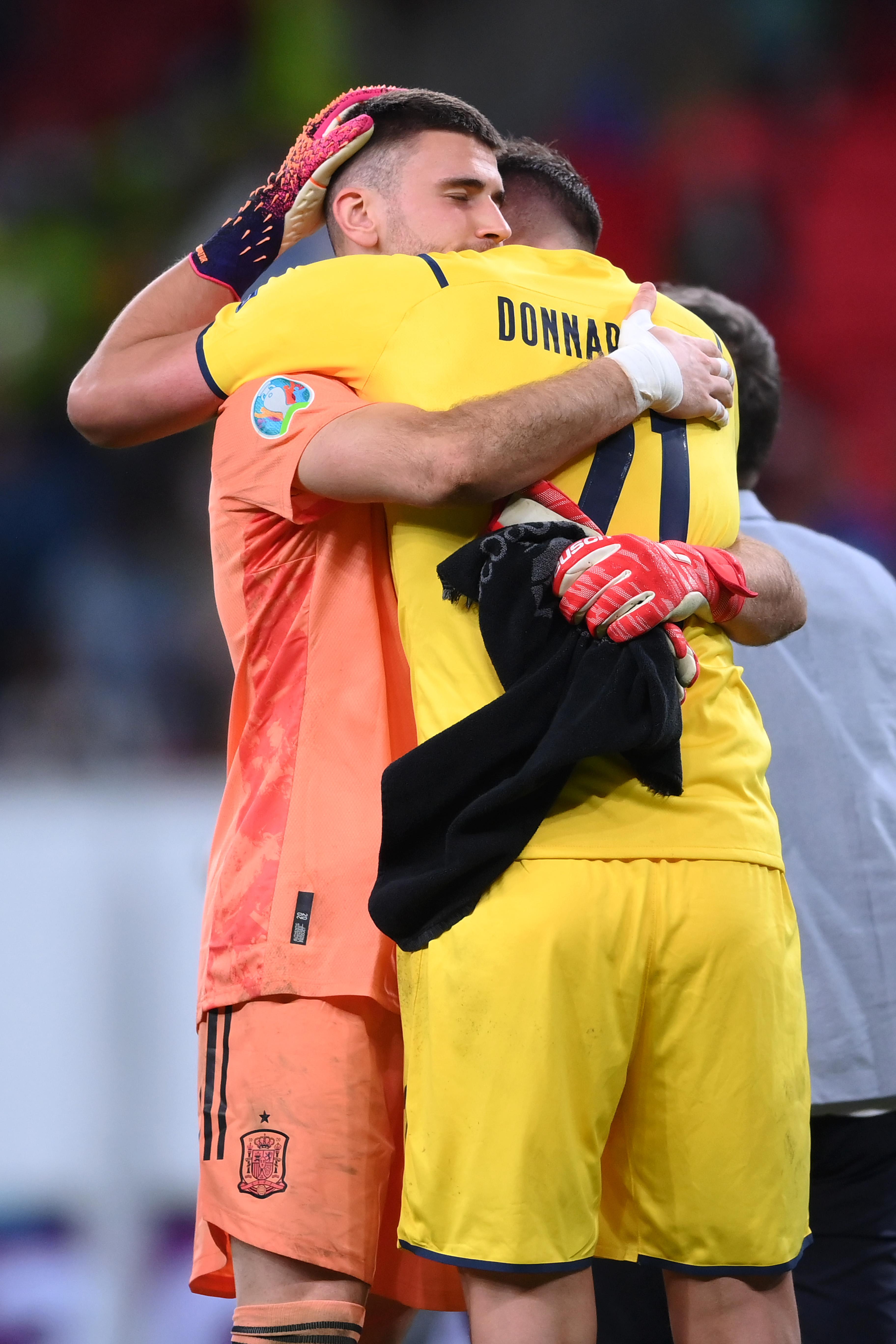 西班牙隊門將西蒙擁抱唐納魯馬。