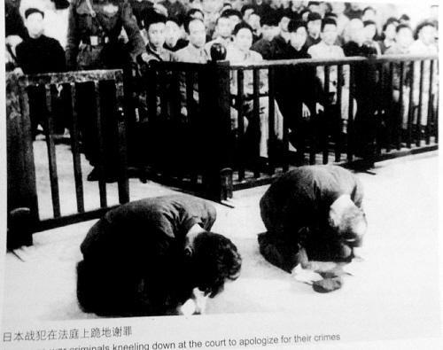 日本战犯磕头谢罪(沈阳晚报)