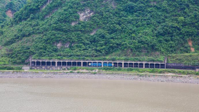 莽莽成昆出峻嶺:中國建設者跨越五十年續寫成昆鐵路傳奇
