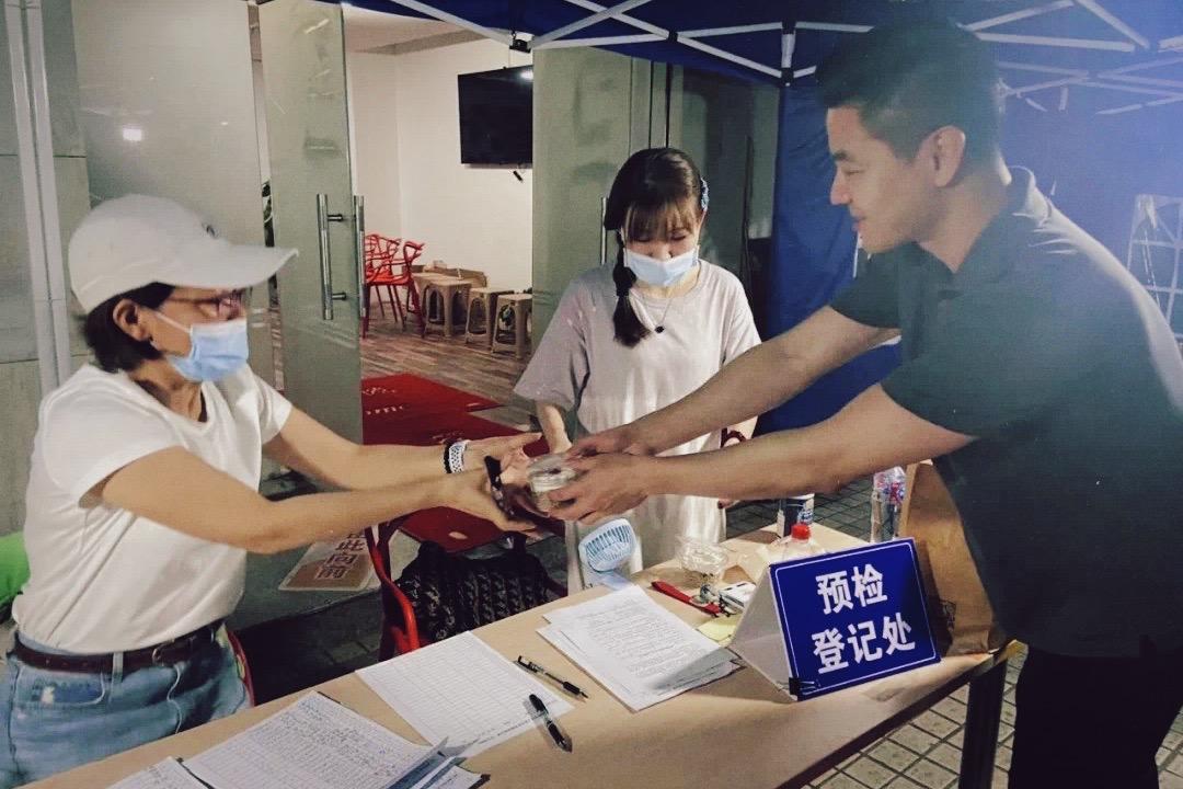 """2020年6月,许春辉慰问疫苗登记接种处的工作人员。 图片来源微信公众号""""美好曹杨"""""""