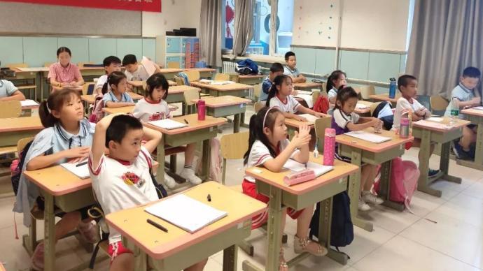 """探访各地小学暑托班:怎么""""托"""",课程、场地、师资如何?"""