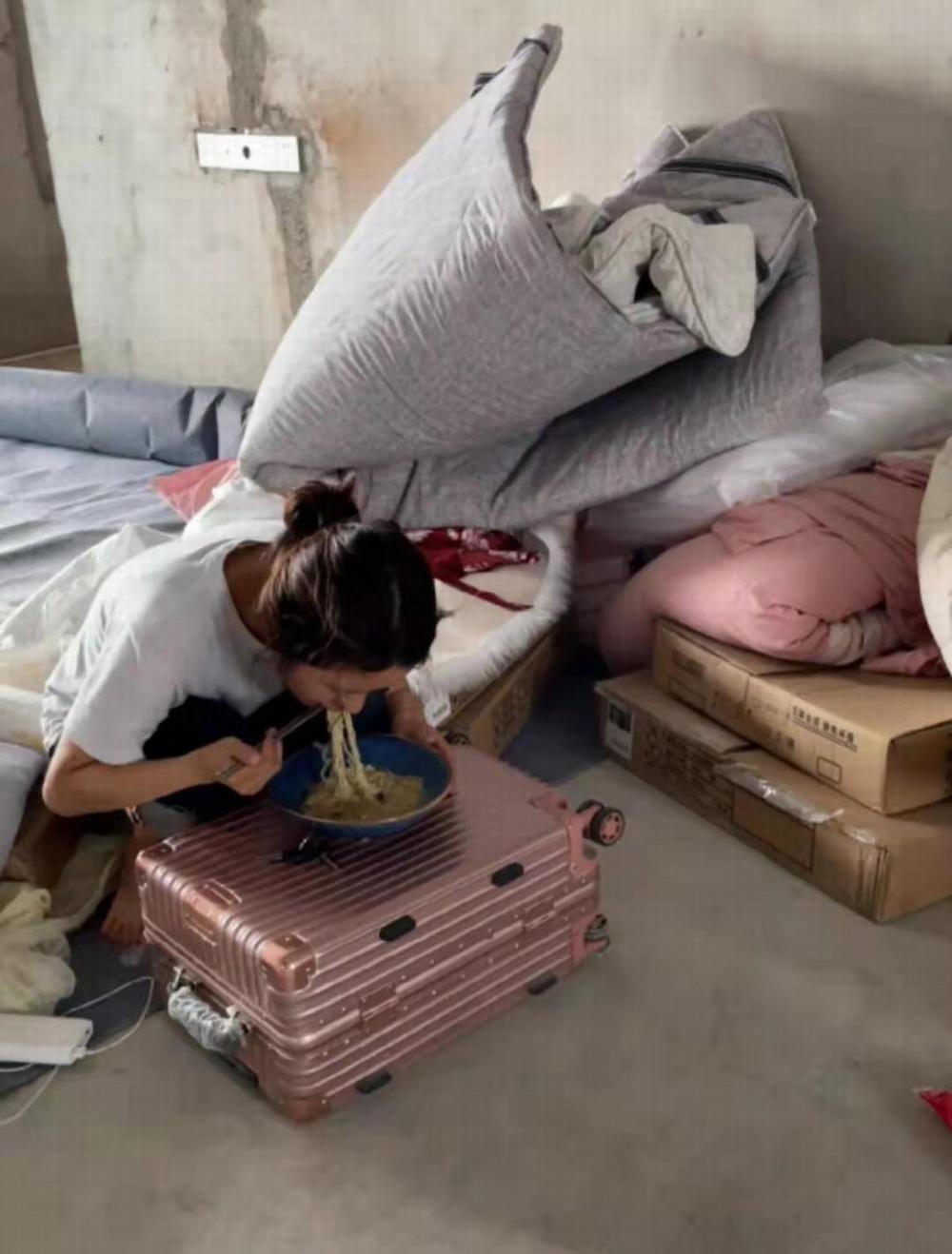 小莉在毛坯房中的日常生活。