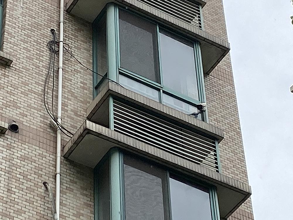 502住户安装在窗外的监控