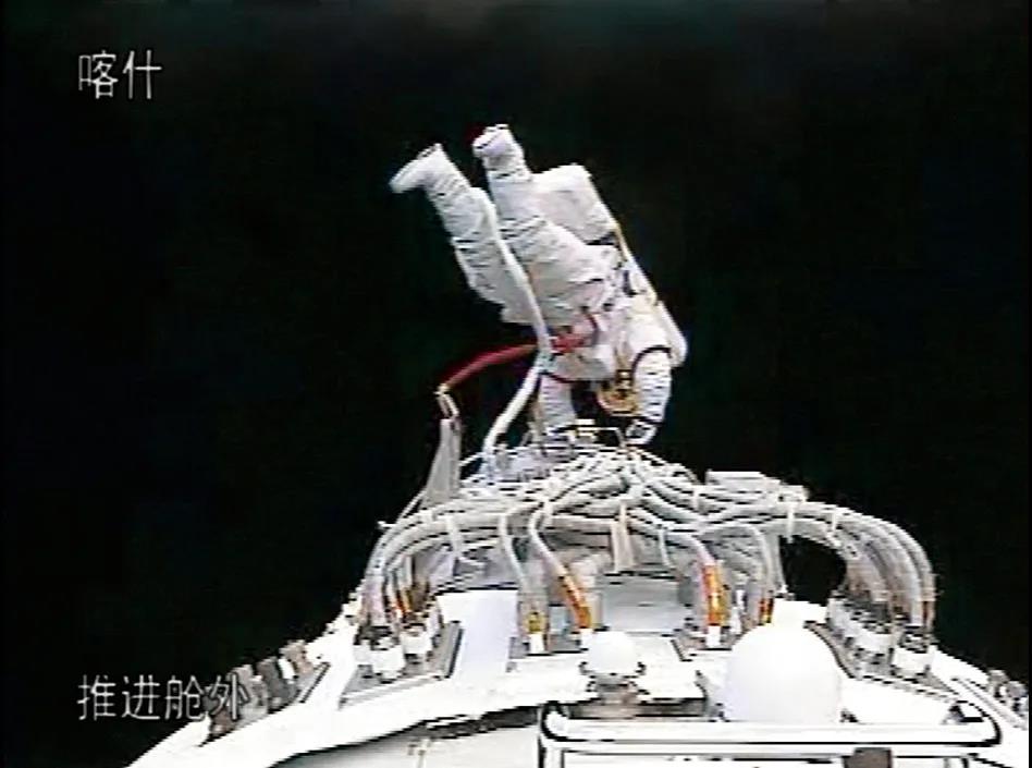神舟七号飞行任务中航天员翟志刚顺利出舱,身穿上一代舱外航天服