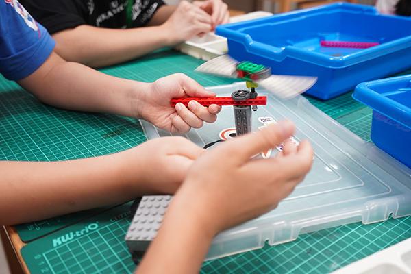 7月5日,在南京市长江路小学,孩子们在爱心公益暑托班上课。新华社? 图
