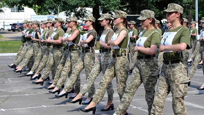"""女兵穿高跟鞋閱兵事件曝光后,烏軍方擬推出""""舒適版""""高跟鞋"""