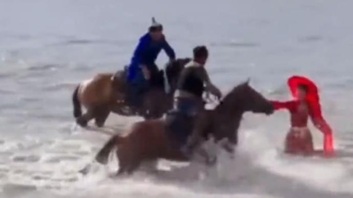 策馬雪原副局長賀嬌龍拍視頻時意外摔河里,換馬后繼續工作