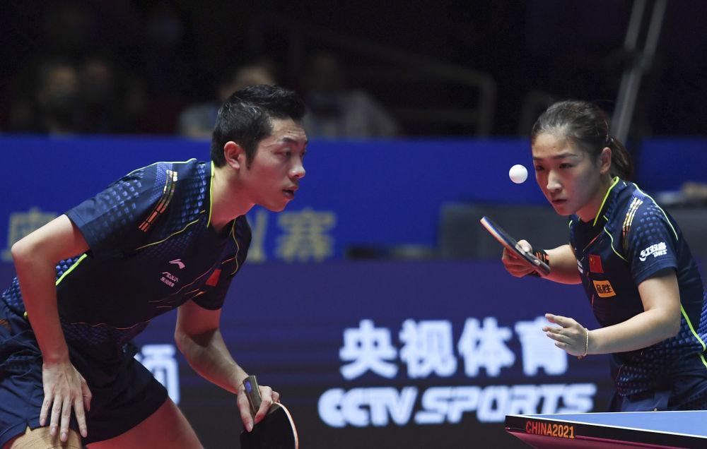 许昕/刘诗雯(右)在比赛中。新华社记者张浩然 摄