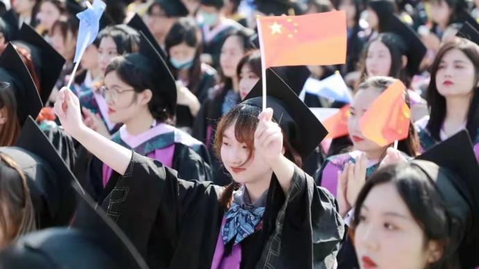 上海大學舉行畢業典禮,1800多名去年畢業生也來了