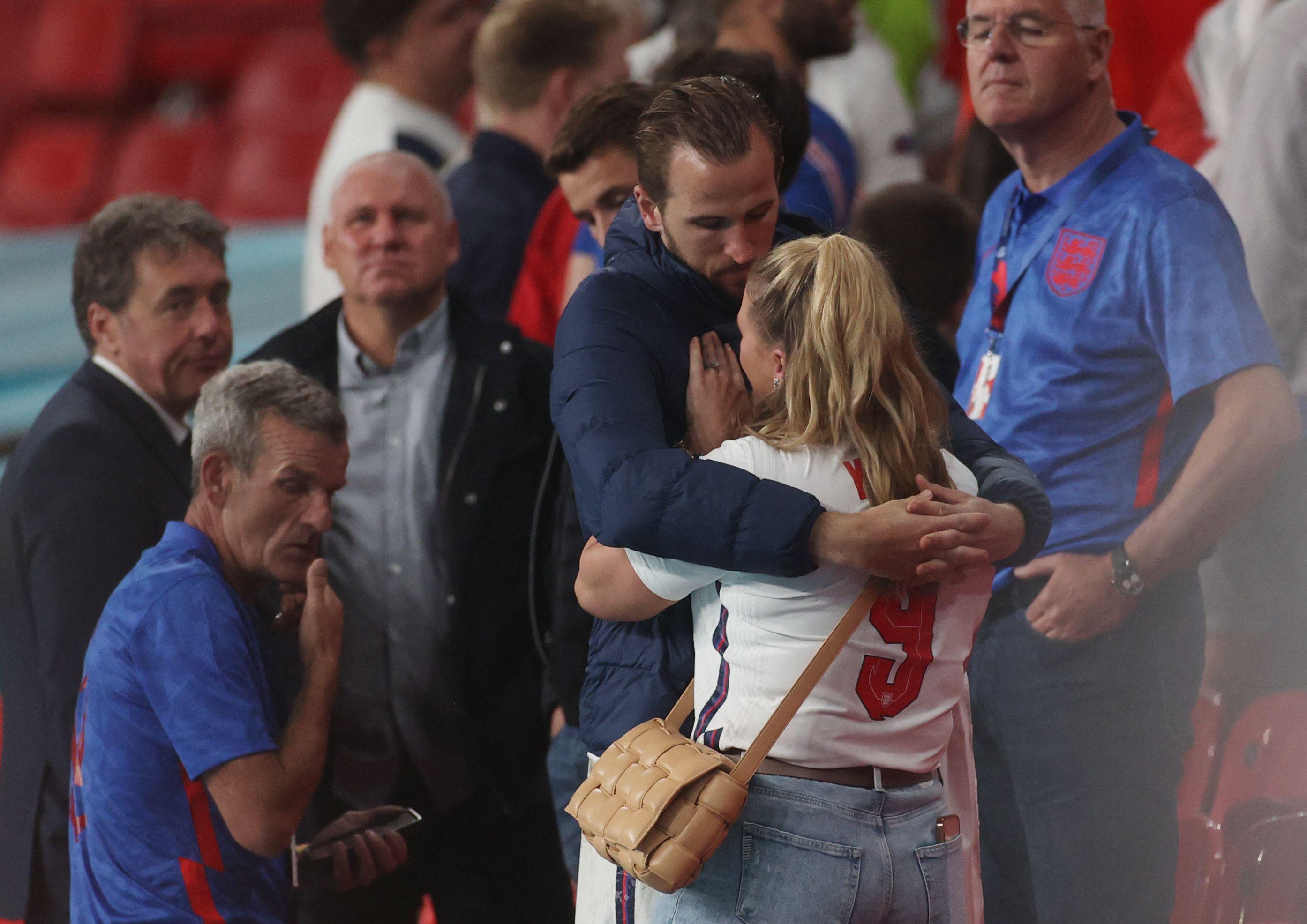 凯恩拥抱妻子。