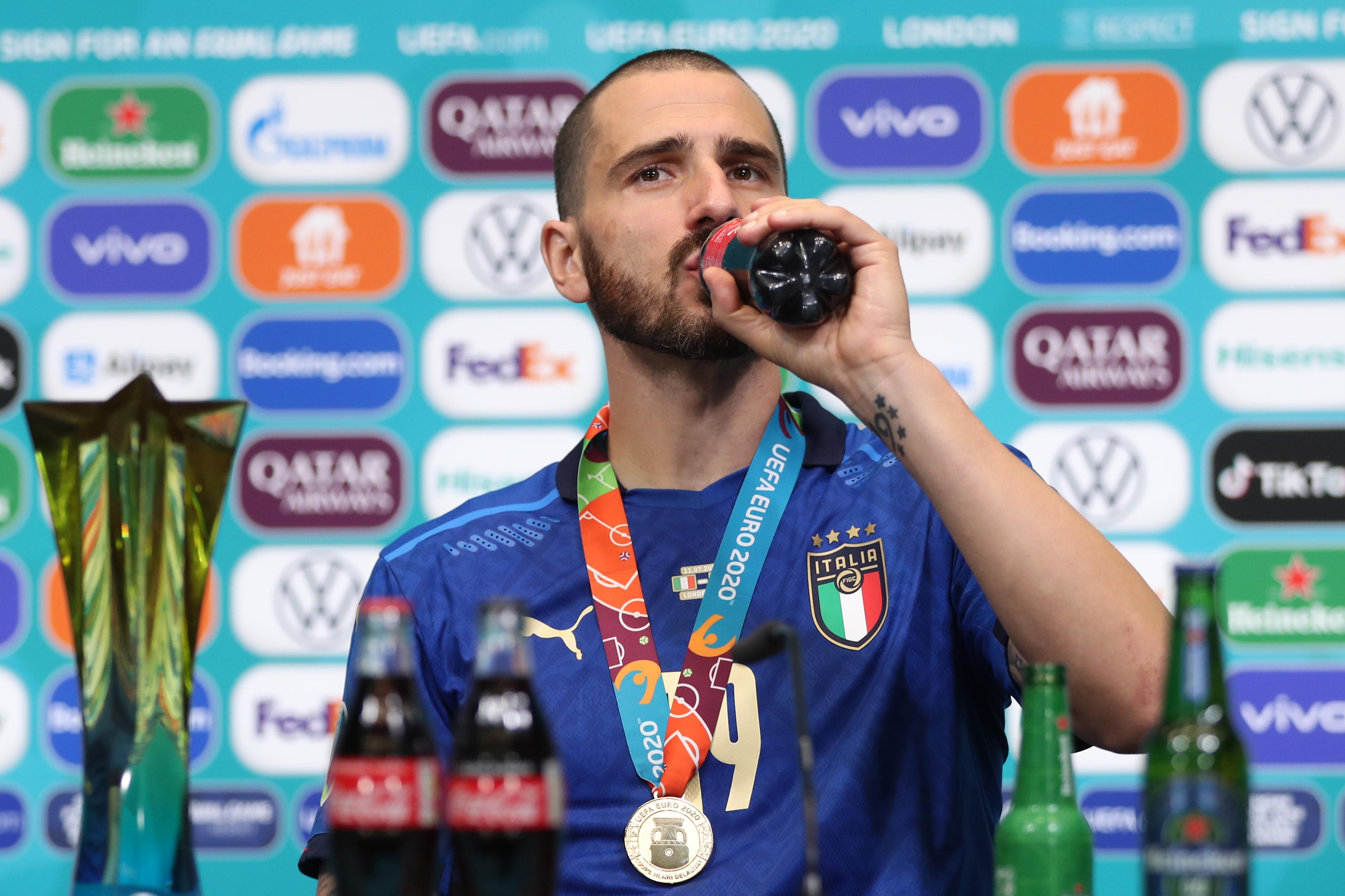 博努奇畅饮可乐。