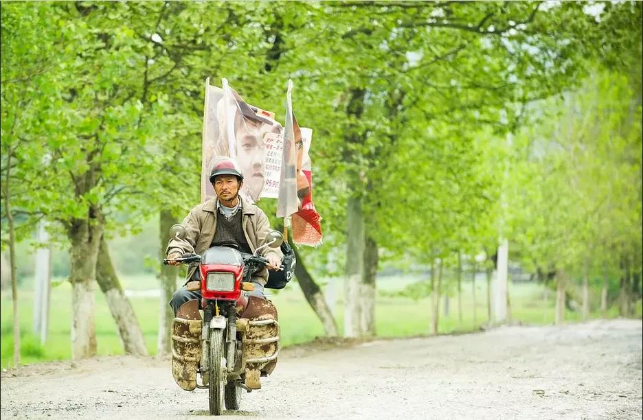 电影《失孤》原型山东郭刚堂找到孩子,接受访谈时喜极而