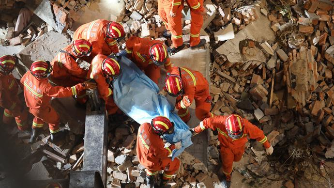 苏州吴江区酒店坍塌救援:再有1名被困人员被救出,正在送医