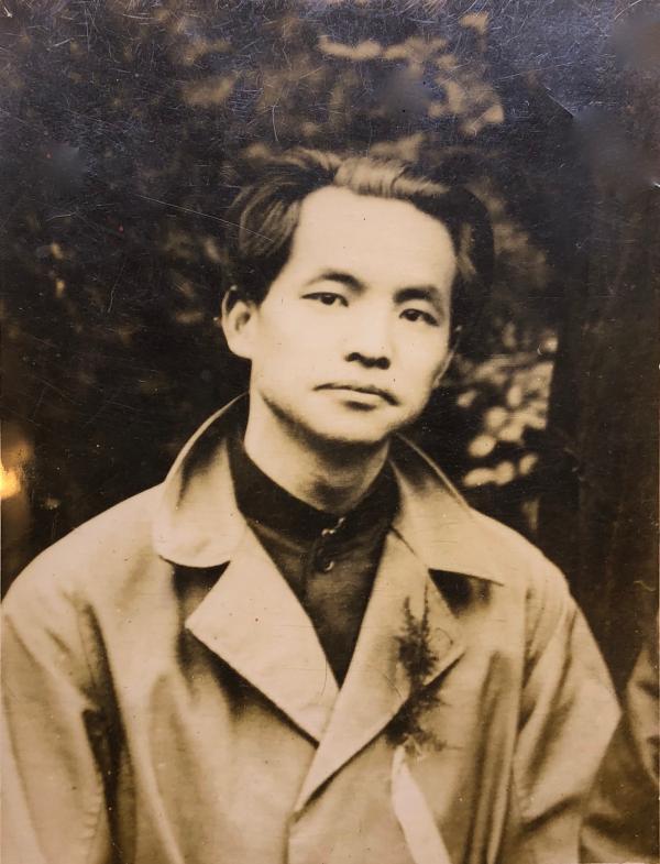1924年5月5日摄于上海。邓中夏时为国民党上海执行部劳工部干事,出席为纪念孙中山就任非常大总统三周年举行的庆祝集会。