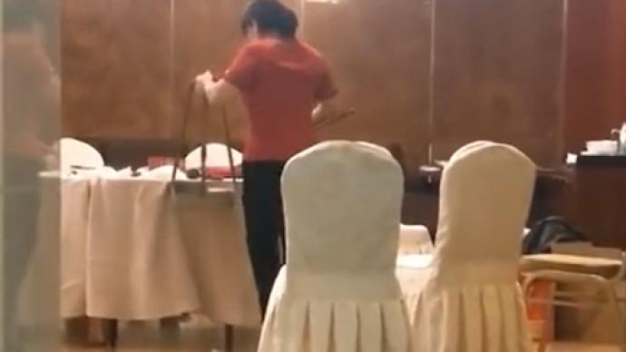 江苏东海一高档酒店拿扫把清理餐桌?酒店回应是餐桌专用扫帚