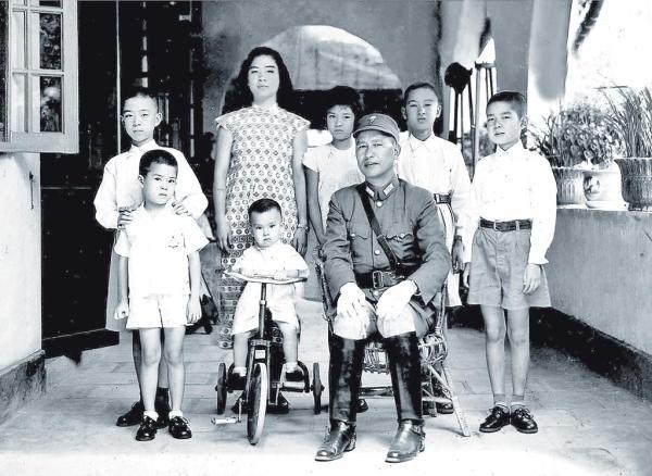1943年,白崇禧(前排右一)回桂林家中,与白先勇(前排左一)和其他六个子女拍下合照。