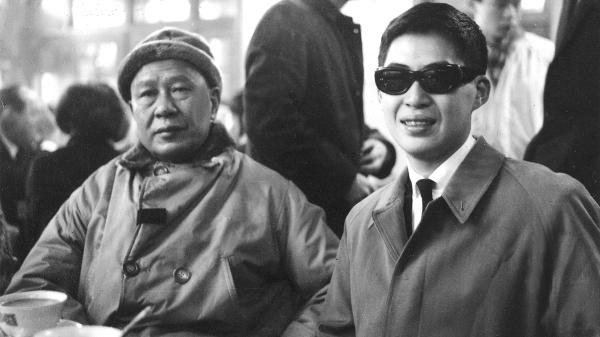 1963年,白先勇前往美国留学,白崇禧于松山机场送行时留下的最后合照。