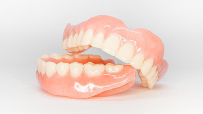 一颗假牙成本百元为何种植牙动辄上万,招股书透露秘密