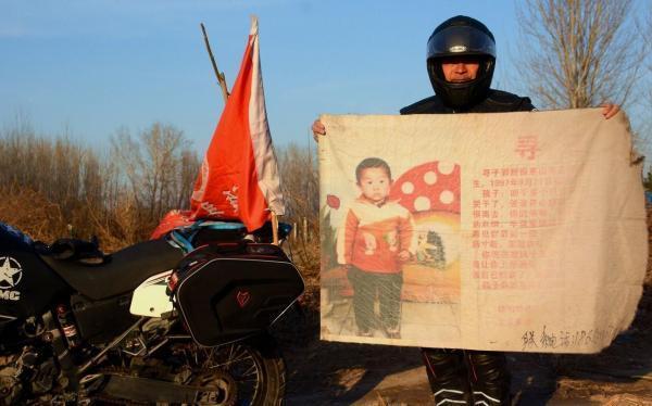 ▲2017年1月3日中午,郭刚堂骑上摩托车从深圳出发,寻亲旗一路相伴,10多天的时间辗转回到老家聊城。