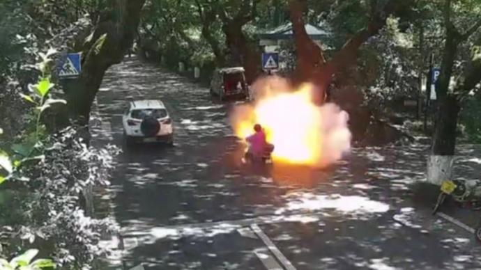 杭州一电动车骑行中突然燃起大火球,一对父女被严重烧伤