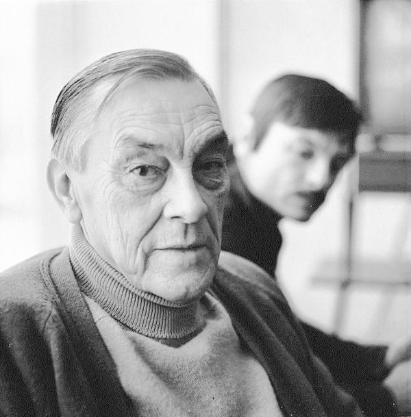 1979年,安德烈·塔可夫斯基刚拍摄完《潜行者》,年轻的摄影师平哈索夫在阿尔谢尼·塔可夫斯基家为父子俩拍下一组照片。在这组相片上,前景为72岁的父亲那刻满沧桑的脸,而微微虚化的背景则是侧身回望的儿子,他看见的是父亲的背影