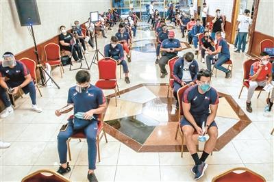 5月28日,菲律宾运动员在等待接种疫苗。当日,菲律宾奥委会为备战东京奥运会的运动员统一接种中国科兴新冠疫苗。 新华社发(乌马利 摄)