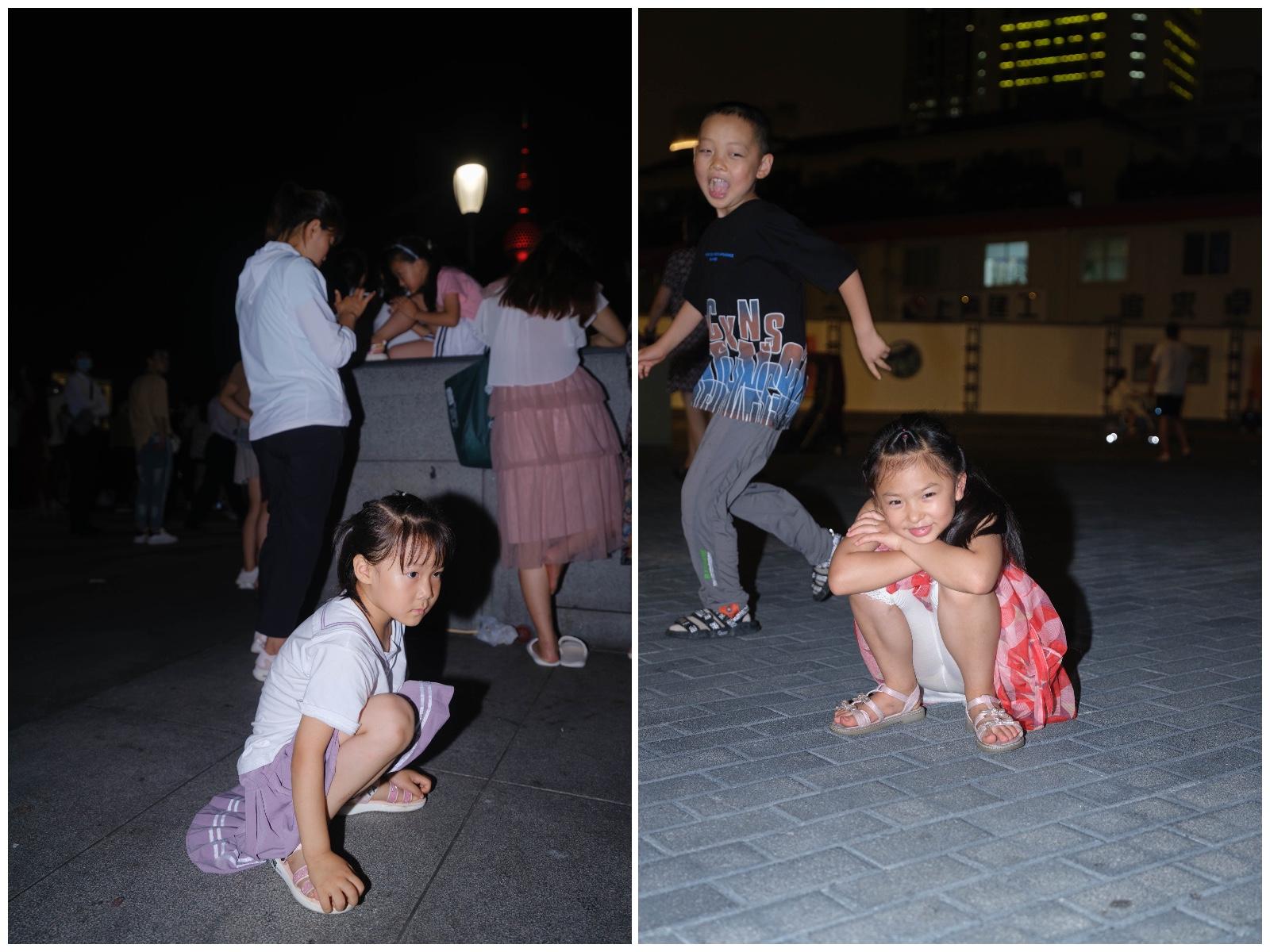 左:等待观看灯光秀的孩子;右:等待公交车的孩子。