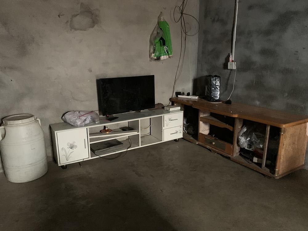 新建的房屋还没装修也没有像样的家具。