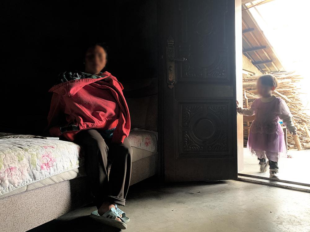 鲁兰(化名)和她2岁的小女儿。