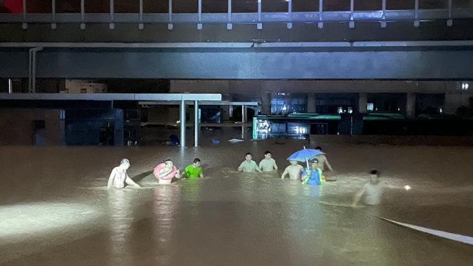 胜千言|郑州暴雨:多名乘客被困公交车内,铁路干部全力营救