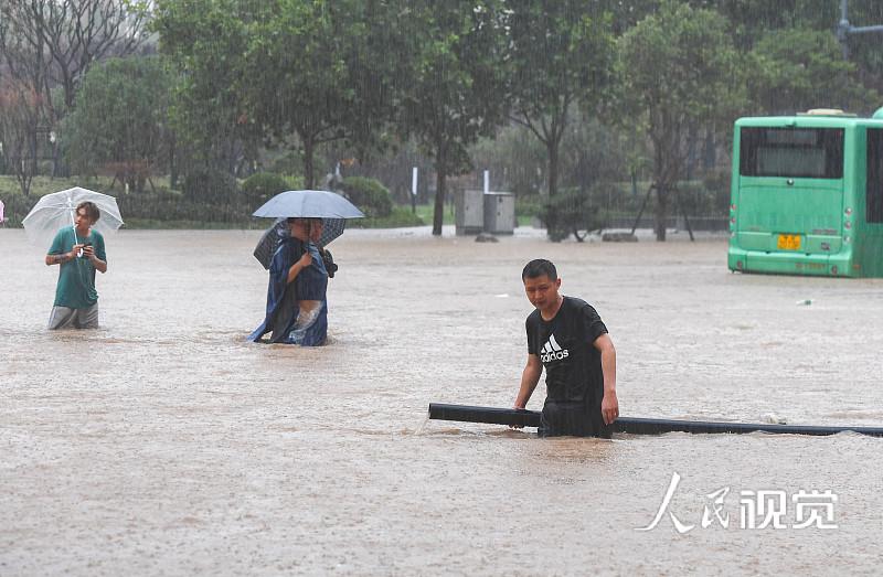 2021年7月20日,郑州街头水漫金山。 人民视觉 图