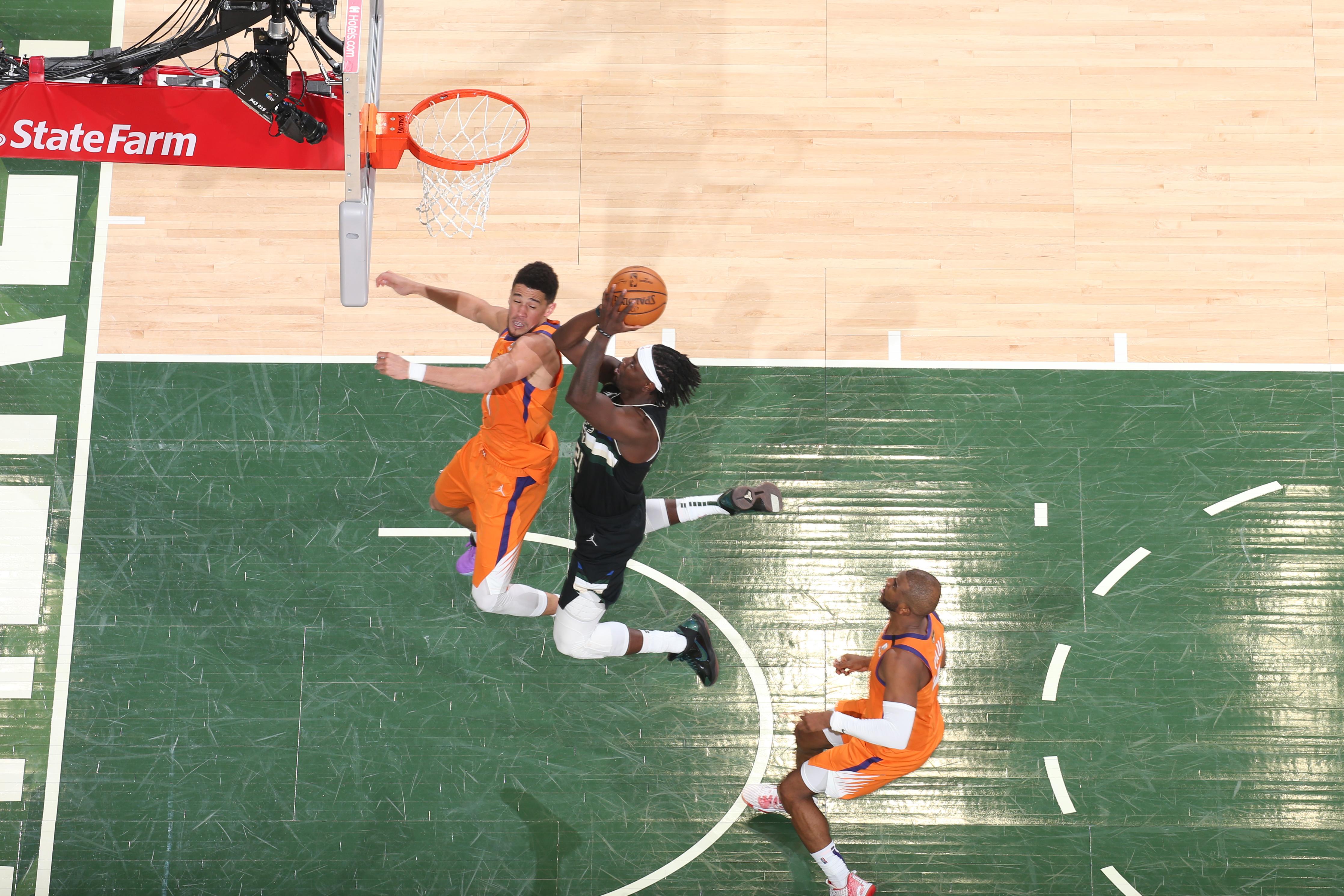 霍勒迪突破保罗和布克,冲击篮筐。