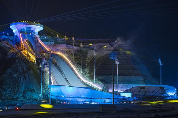 """这是2020年12月19日拍摄的位于张家口市崇礼区的国家跳台滑雪中心""""雪如意""""(无人机照片)。新华社 资料图"""