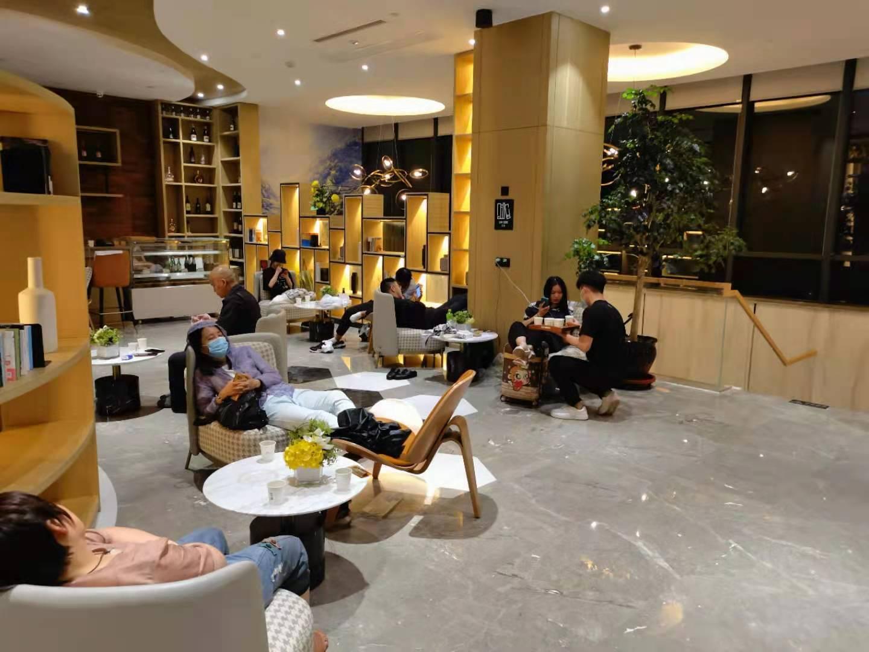 亚朵集团旗下某酒店员工为滞留旅客提供免费茶水。