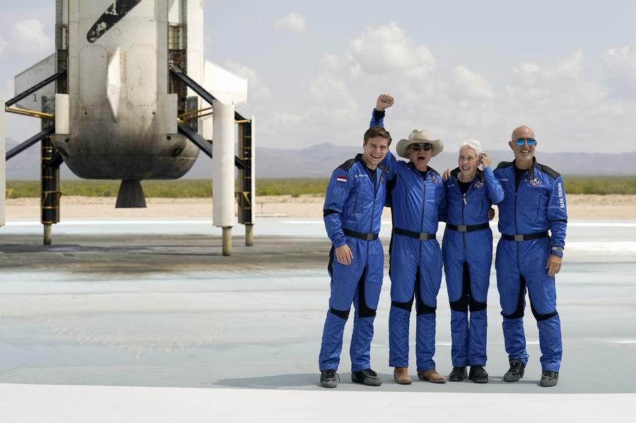 """2021年7月20日,美国得克萨斯州,美国亚马逊公司创始人杰夫·贝索斯搭乘蓝色起源公司""""新谢波德""""航天器升空。在顺利完成太空飞行,并成功着陆后,贝索斯表示,这是""""最棒的一天""""。"""