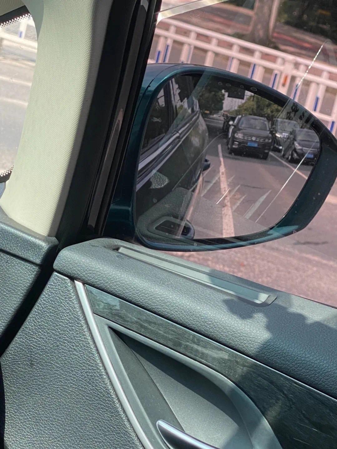 """网友发帖晒出的""""防晒式""""停车。""""浙江公安""""微信公众号 图"""