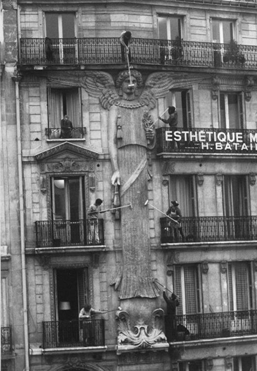 《女雕像物语》中的女像柱